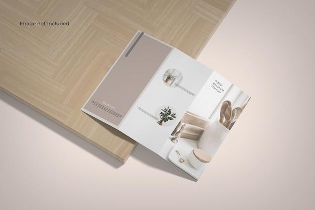 Maquette De Brochure à Trois Volets Vue Grand Angle Près D'une Planche De Bois PSD Premium
