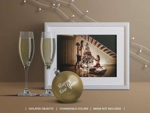 Maquette De Cadre De Carte De Vacances Et Boule De Noël Avec Décoration De Verres à Champagne PSD Premium