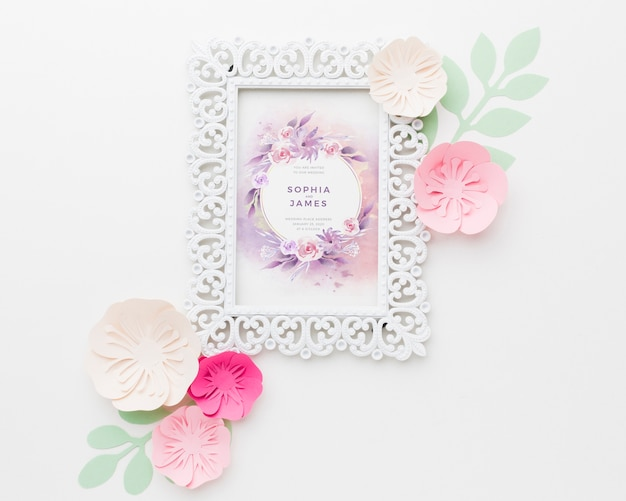Maquette De Cadre De Mariage Avec Des Fleurs En Papier Sur Fond Blanc Psd gratuit