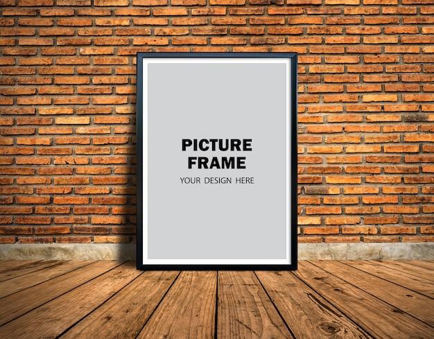 Maquette De Cadre Photo Appuyé Contre Le Mur De Briques PSD Premium