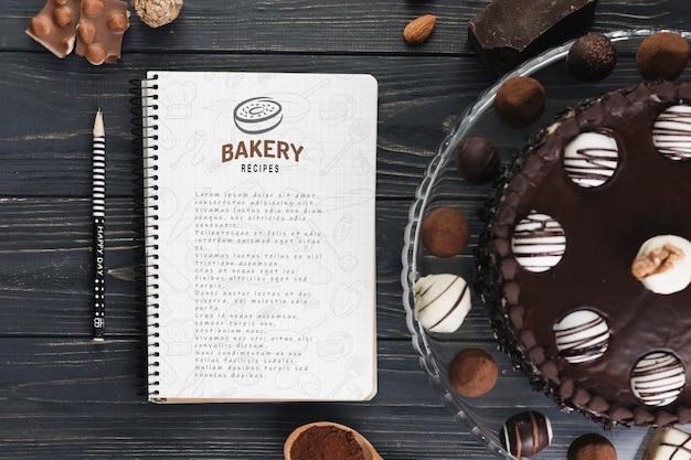 Maquette de cahier avec une pâtisserie Psd gratuit