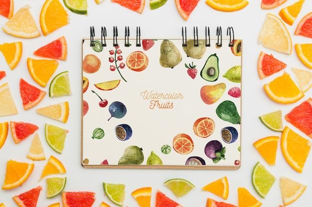 Maquette de cahier à spirale avec des fruits Psd gratuit