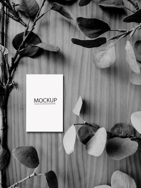 Maquette De Carte Blanche Sur Une Table En Bois Noir Et Blanc Psd gratuit