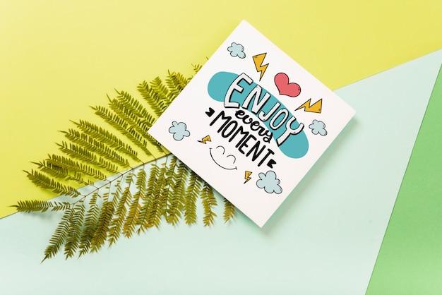 Maquette de carte carrée avec des feuilles tropicales Psd gratuit