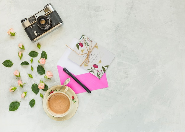 Maquette de carte avec décoration florale pour mariage ou citation Psd gratuit