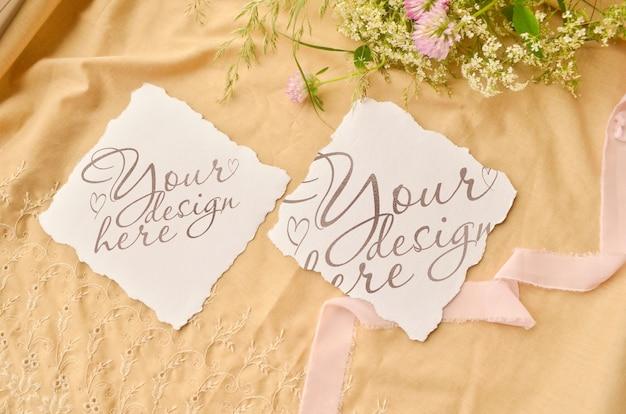 Maquette de carte d'invitation de mariage. fleurs et ruban autour PSD Premium
