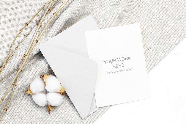 Maquette carte postale avec coton et enveloppe PSD Premium