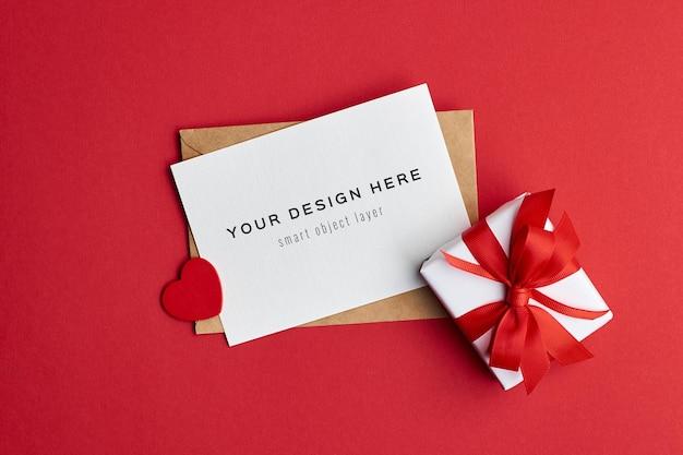 Maquette De Carte De Saint Valentin Avec Boîte-cadeau Et Coeur Rouge PSD Premium