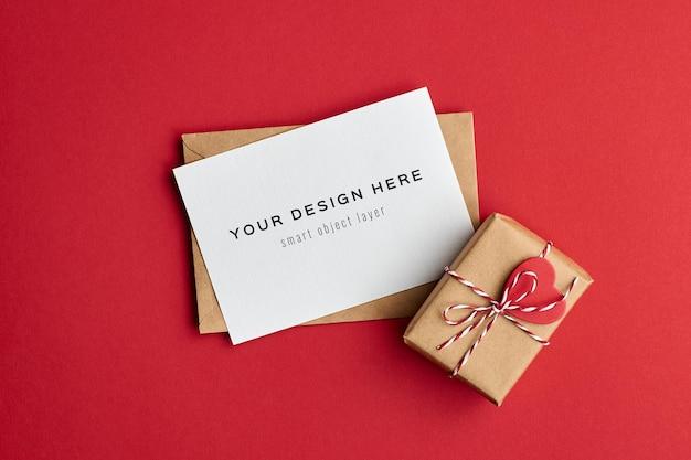 Maquette De Carte De Saint Valentin Avec Boîte-cadeau Décorée Sur Rouge PSD Premium