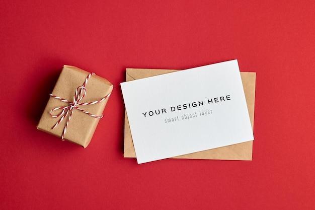 Maquette De Carte Saint Valentin Avec Boîte-cadeau Sur Fond De Papier Rouge PSD Premium