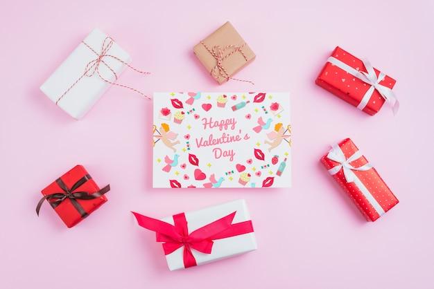 Maquette Carte Saint Valentin Avec Des Cadeaux Psd gratuit