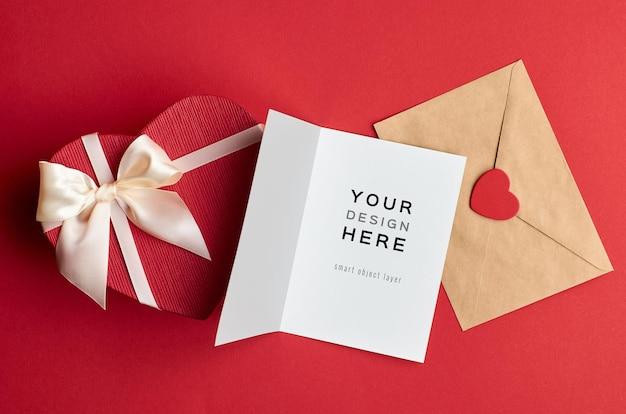Maquette De Carte Saint Valentin Avec Enveloppe Et Boîte-cadeau Coeur Sur Rouge PSD Premium