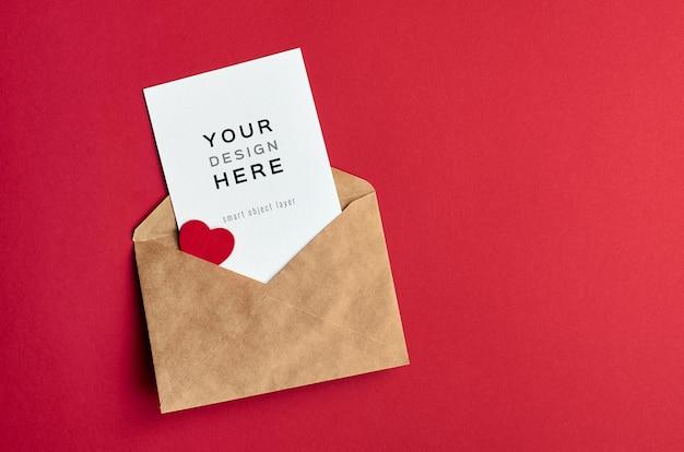 Maquette De Carte Saint Valentin Avec Enveloppe Et Coeur Sur Rouge PSD Premium