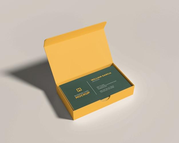 Maquette de carte de visite avec une boîte ouverte jaune PSD Premium