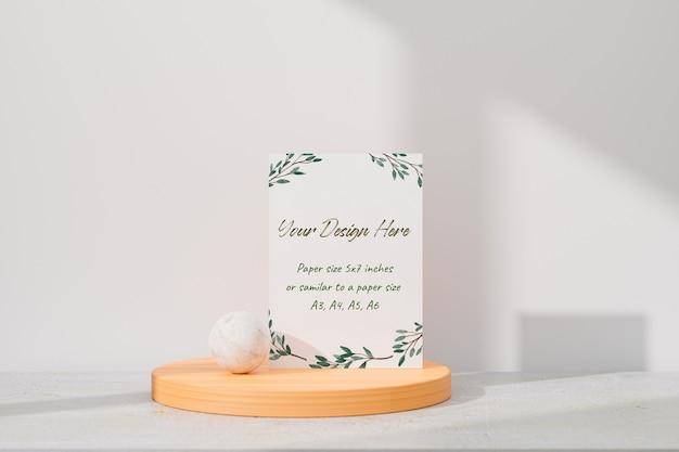 Maquette De Carte De Voeux Blanche Debout Sur La Table PSD Premium