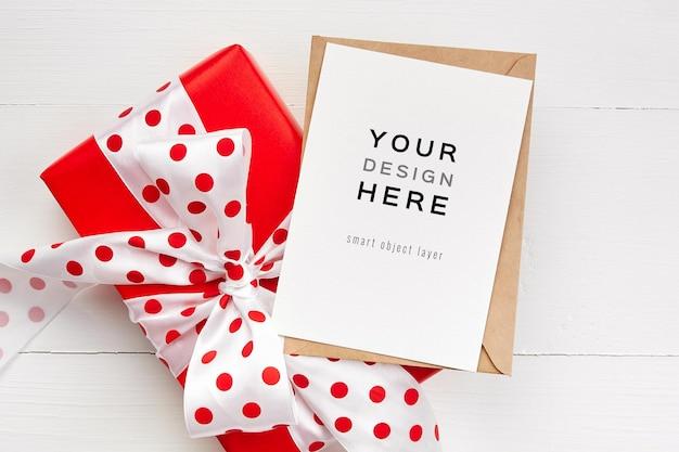 Maquette De Carte De Voeux Avec Boîte-cadeau Rouge Avec Noeud PSD Premium