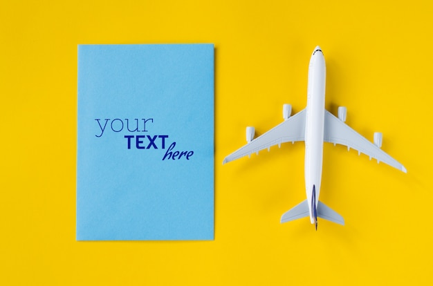 Maquette De Carte De Voeux Vierge Avec Jouet Avion. Concept De Voyage D'été. PSD Premium