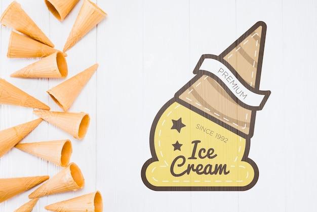 Maquette de cornet de crème glacée plate poser avec fond Psd gratuit