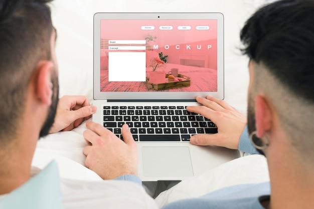 Maquette De Couple Gay Et D'ordinateur Portable Psd gratuit