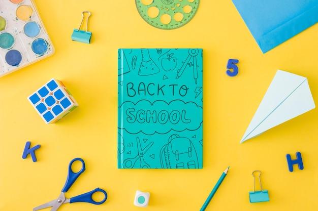 Maquette de couverture de livre avec le concept de retour à l'école Psd gratuit
