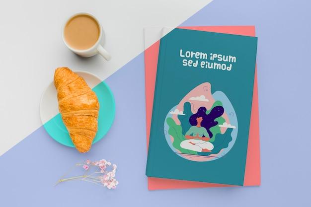 Maquette De Couverture De Livre Avec Tasse De Café Et Croissant Psd gratuit