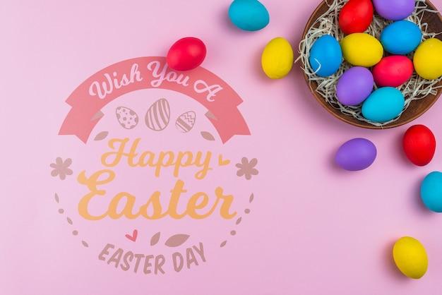 Maquette du jour de pâques avec des oeufs colorés Psd gratuit