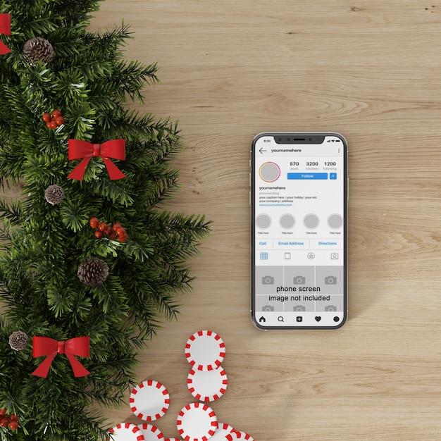 Maquette D'écran De Smartphone à Côté De La Décoration De Noël PSD Premium
