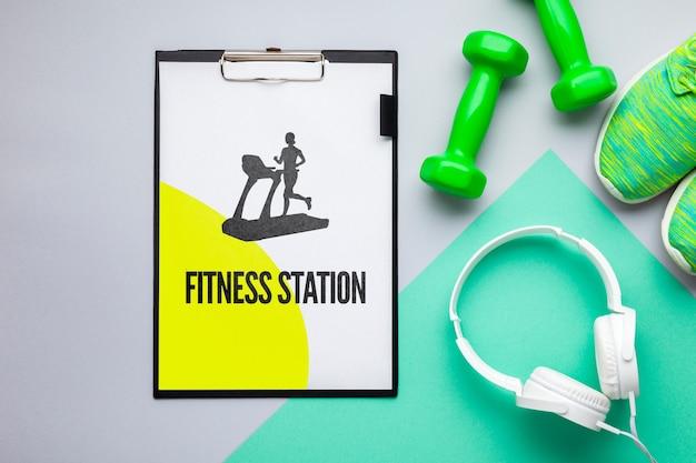 Maquette avec équipement de fitness et des écouteurs Psd gratuit