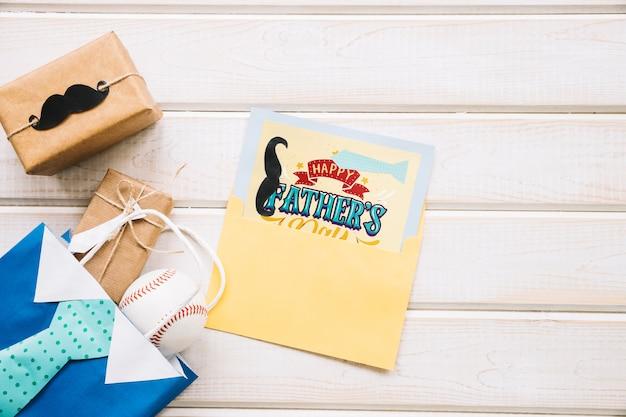 Maquette de fête des pères avec carte dans l'enveloppe Psd gratuit