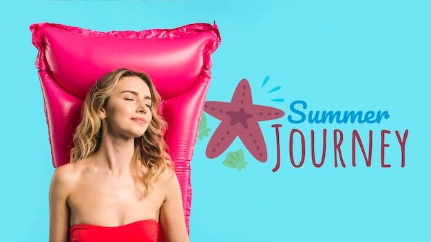 Maquette de fond avec le concept de l'été à côté de jolie femme Psd gratuit