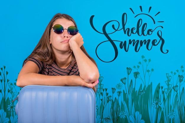 Maquette de fond pour l'été avec une femme joyeuse Psd gratuit