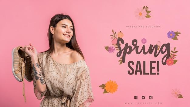 Maquette de fond pour une vente de printemps avec une femme séduisante Psd gratuit