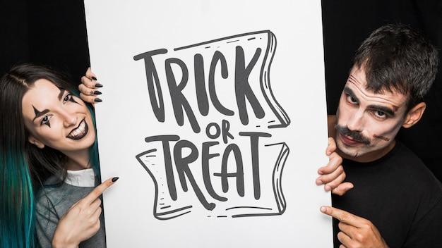 Maquette d'halloween avec lettrage sur grand tableau et couple Psd gratuit