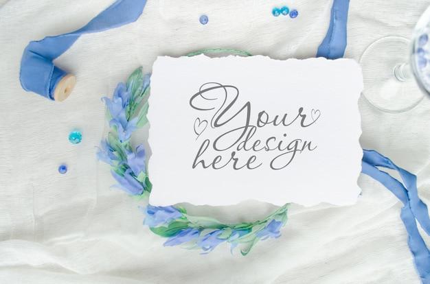 Maquette d'invitation de mariage bleue décorée avec un ruban de soie, des cristaux et une couronne de mariée PSD Premium