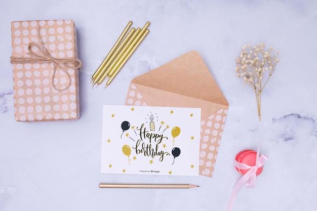 Maquette De Joyeux Anniversaire Avec Fleur Séchée Et Enveloppe Psd gratuit