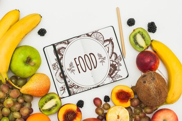 Maquette livre ouvert avec des fruits Psd gratuit