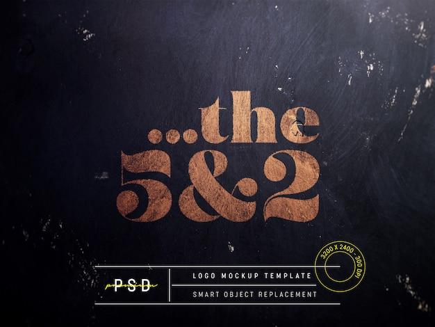 Maquette De Logo Sur Bois Noir Rustique PSD Premium