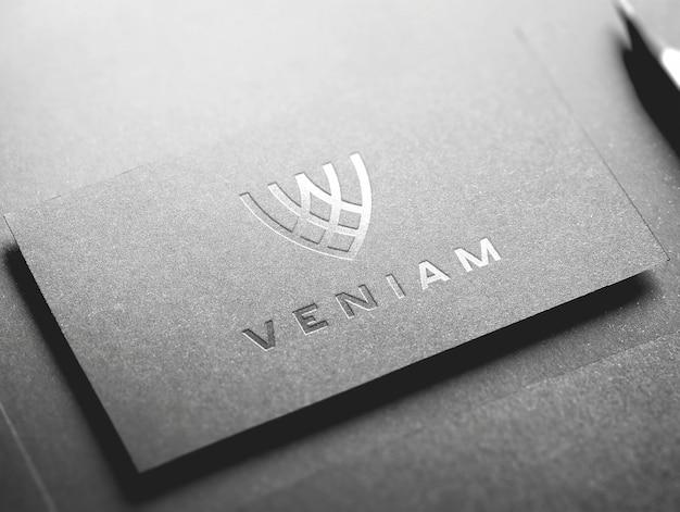 Maquette de logo de carte de visite en argent PSD Premium