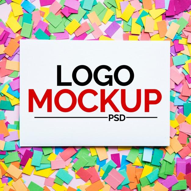 Maquette de logo sur des papiers colorés PSD Premium