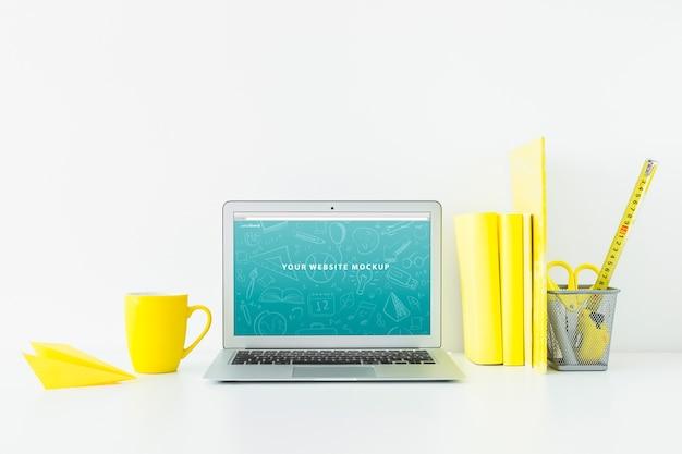 Maquette d'ordinateur portable pour la présentation du site web avec le concept de retour à l'école Psd gratuit