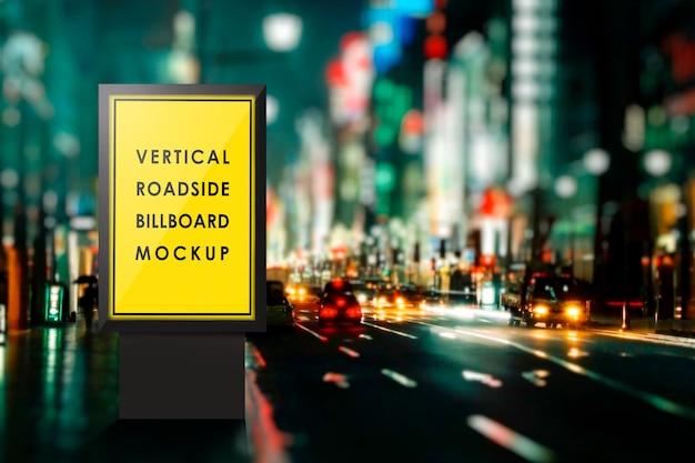 Maquette de panneau d'affichage sur le bord de la route pendant la nuit PSD Premium
