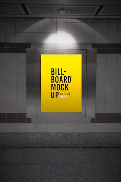 Maquette de panneau d'affichage dans le métro ou la station de métro PSD Premium
