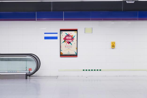 Maquette de panneau d'affichage dans la station de métro Psd gratuit