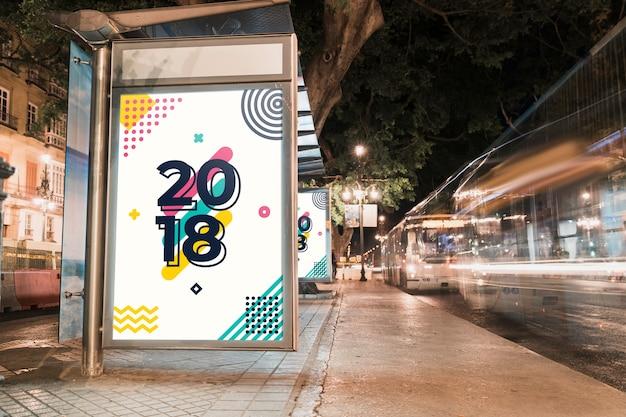 Maquette de panneau d'affichage dans la ville de nuit Psd gratuit