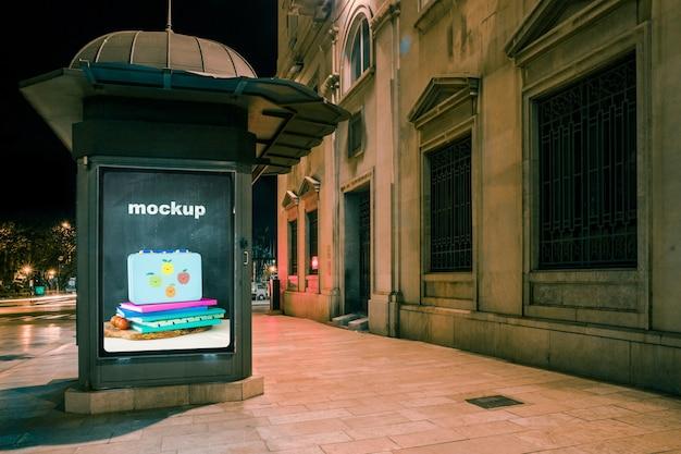 Maquette de panneau d'affichage devant le vieux bâtiment Psd gratuit