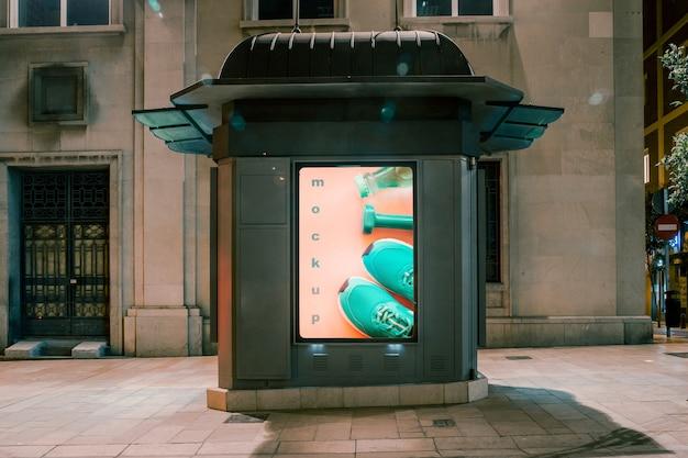 Maquette de panneau d'affichage en ville la nuit Psd gratuit