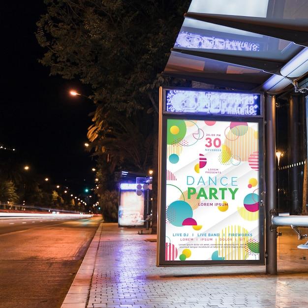 Maquette de panneau d'arrêt d'arrêt d'autobus dans la ville de nuit Psd gratuit