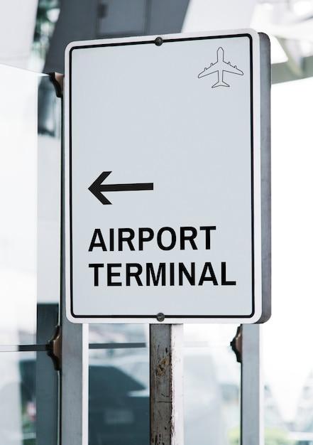 Maquette de panneau de signalisation blanc dans un aéroport Psd gratuit