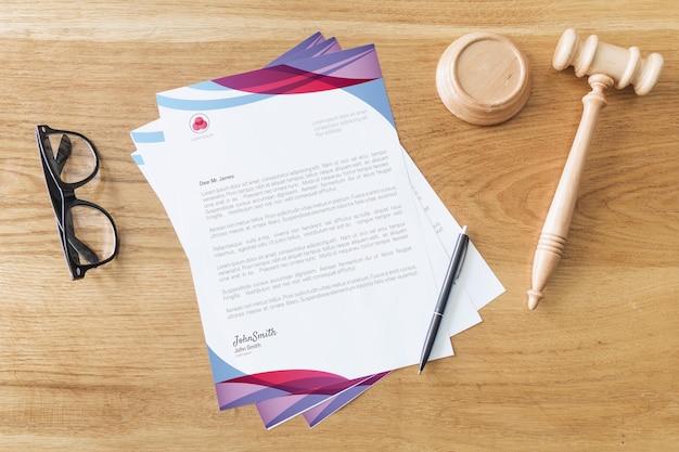 Maquette de papier à en-tête avec concept de loi Psd gratuit