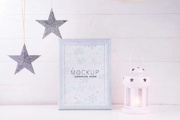 Maquette Photo Avec Cadre Blanc, étoiles Et Lanterne Sur Fond En Bois Blanc PSD Premium
